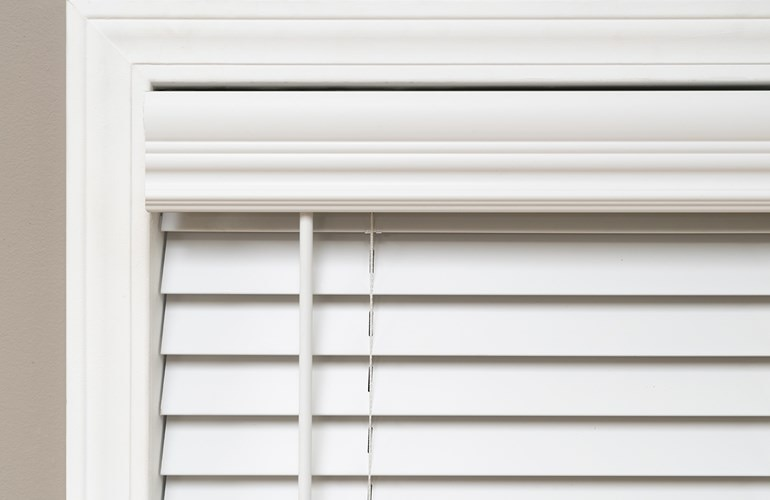 543200_2in_CordlessFauxWoodBlinds_PS_Valance_L3.jpg